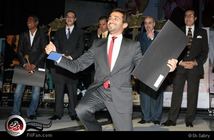 الفنان المتألق أحمد حلمي يحتفل بالجائزة بطريقته