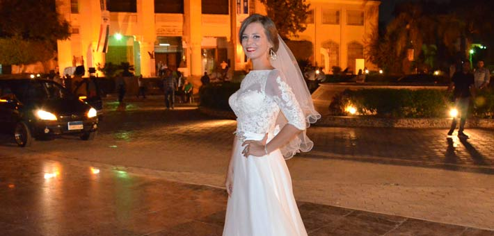 """إيمان العاصي بفستان الزفاف في كواليس """"باباراتزي"""""""