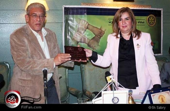 داود عبد السيد يتسلم تكريما عن فيلمه رسائل البحر