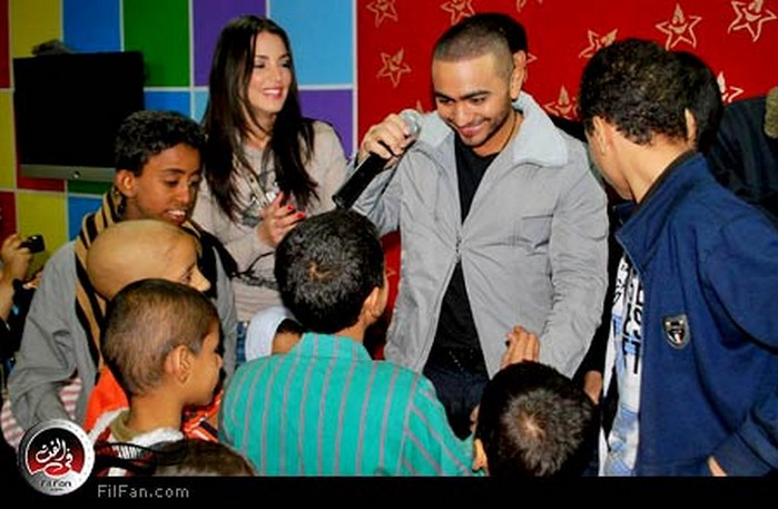 تامر حسني ودرة يلعبان مع أطفال المعهد القومي للأورام
