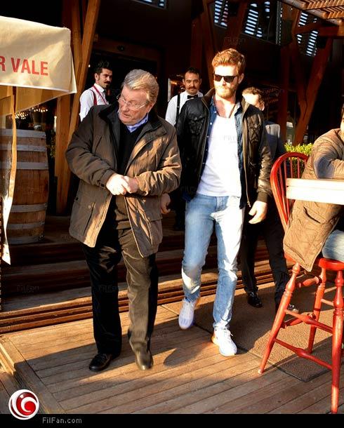 الممثل كيفانش تاتليتوج مع والده