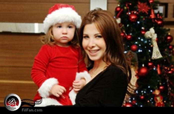 نانسي عجرم وابنتها من مجلة الشبكة