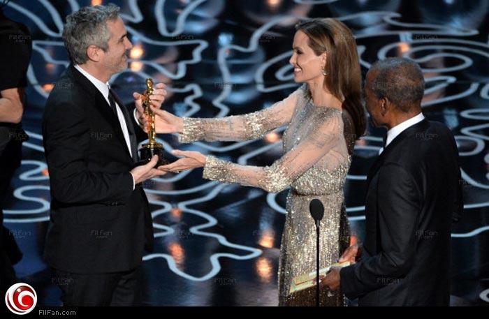 أنجلينا جولي تسليم  ألفونسو كوارون جائزة أفضل مخرج