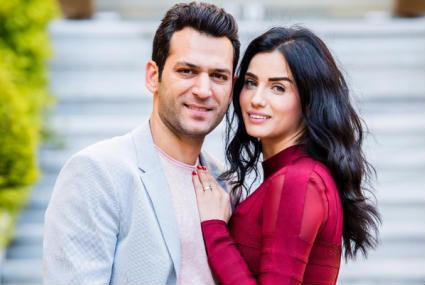 بالفيديو... قبلة مراد يلدريم لزوجته