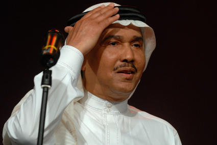 """بالفيديو- """"جرادة"""" على وجه محمد عبده في حفله بالسعودية"""