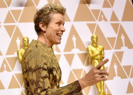 أوسكار 2018 - القبض على سارق تمثال أوسكار فرانسيس ماكدورماند..هكذا احتفلت الممثلة الأمريكية بعودته