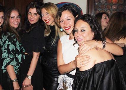 18 صورة- إنجي علي تحتفل بعيد ميلادها مع منى زكي وغادة عادل ومنة شلبي.. تامر حبيب يرقص مع آلا كوشنير