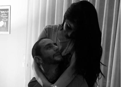 بالصور- أحمد الفيشاوي يقبل زوجته على السجادة الحمراء في مهرجان الجونة
