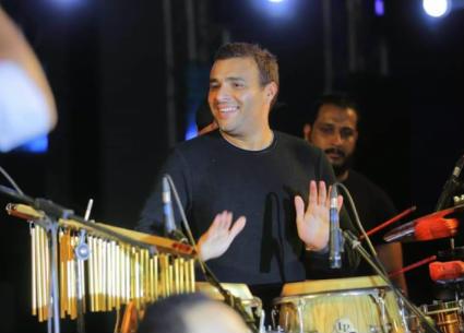 14 صورة- رامي صبري يحيي حفلا بحضور 10 آلاف طالب في المنيا