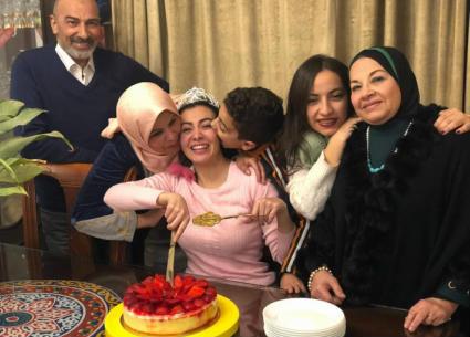 5 صور- احتفال ميرهان حسين مع عائلتها بإخلاء سبيلها