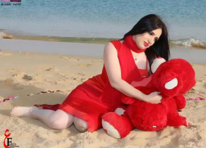 16 صورة- ميرنا وليد تحتفل بعيد الحب بفستان أحمر على الشاطئ