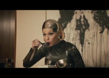 كاتي بيري إنسان آلي في فيديو جديد.. هل تشبه Black Mirror؟