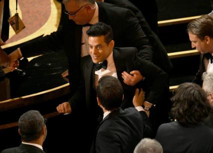 لحظة سقوط رامي مالك بعد تسلمه لجائزة أفضل ممثل في أوسكار 2019
