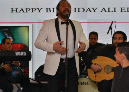 بالصور والفيديو- هكذا احتفل علي الحجار بعيد ميلاده الـ65.. محمود حميدة يغني له