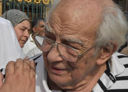 بالصور- الوداع الأخير من رشوان توفيق لزوجته