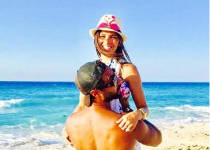رومانسية النجوم وأزواجهم على الشاطئ