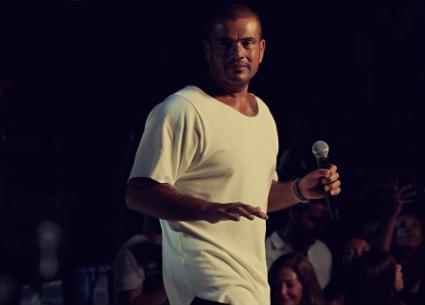 فيديو- لهذا السبب عمرو دياب يلجأ للغناء قبل لقاء الجمهور