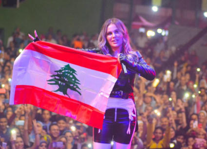 نيكول سابا ترفع العلم اللبناني وتدعم ثورة بلدها بحفل ضخم من القاهرة وسط أجواء حماسية