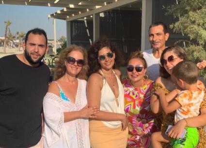 صور- ليلى علوي تستمتع بالإجازة مع عائلتها... أحدث ظهور لابنها الشاب