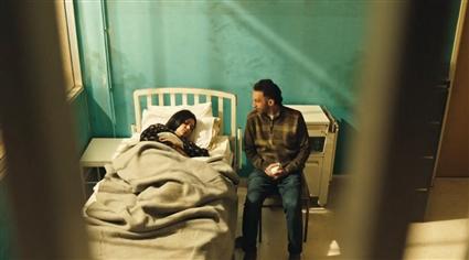يذهب ناصر لزيارة نجلاء في المستشفى.