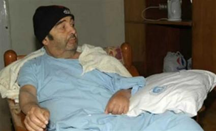 اضطرت أسرته إلى بيع ممتلكاته للإنفاق على علاجه وأصيب في آخر أيامه بالشلل نصفى وجلطة فى المخ