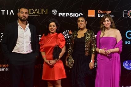 إطلالات أنيقة للنجوم على السجادة الحمراء بحفل توزيع جوائز رواد مصر