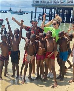 هنا الزاهد على الشاطئ في تنزانيا