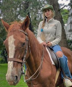 هنا الزاهد على حصان في زنجبار