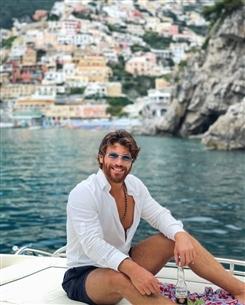 جان يمان يمضي الإجازة في إيطاليا مع حبيبته
