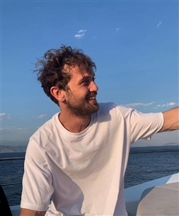 """أراس بولوت إينيملي بعدما انتهى من مسلسله """"الحفرة"""" سافر لقضاء الإجازة والاستمتاع"""