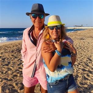 مصطفى فهمي وزوجته وطقم كامل باللون الوردي