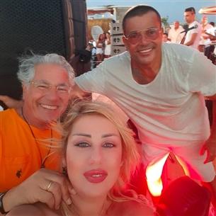 مصطفى فهمي  وزوجته من حفل الفنان عمرو دياب في الساحل الشمالي