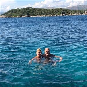 مصطفى فهمي وزوجته يستمتعان بالسباحة في كرواتيا