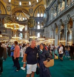 أو تي شرت أسود وشورت أبيض كصورته من مسجد آيا صوفيا في تركيا