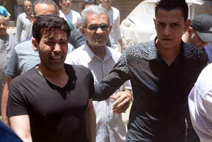 15 صورة - بكاء سعد الصغير في جنازة والدته