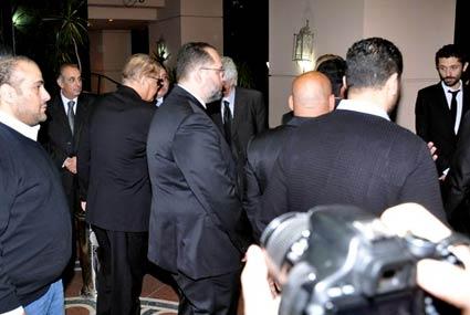 محمود عبد العزيز يواسي أبنائه في وفاة جدتهم