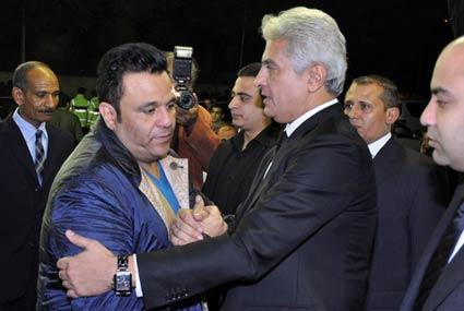 محمد هنيدي وعادل إمام وسمير غانم ضمن معزيين وائل الإبراشي في وفاة والدته