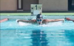 ياسمين صبري تمارس السباحة