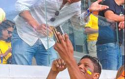 بالصور: أشتون كوتشر يشاهد هزيمة البرازيل الثقيلة من المدرجات