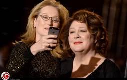 "ميريل ستريب تتصور مع صديقتهامارجو مارتيندال خلال حفل توزير جوائز ""Palm Springs"" الذي فازت به بجائزة أيقونة العام"