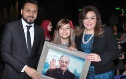 نهال عنبر وجنى وعمرو رمزي مع صورة أحمد راتب