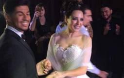 ساندي وزوجها المخرج حازم كتانة يرقصان في حفل زفافهما