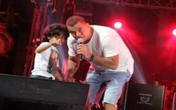 عمرو دياب والطفل محمد عاطف