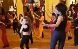 بالفيديو- درس في الرقص الشرقي من دينا