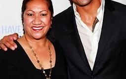 واين جونسون مع والدته