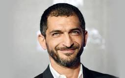 """عمرو واكد يبدي اندهاشه من الضابط الملثم في """"جمعة الأرض"""" ويغرد: """"إحنا مش خرفان يا إبراهيم"""""""