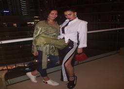نشرت الممثلة غادة عبد الرازق صورة لها مع ابنتها روتانا وتلقت انتقادات عديدة بسبب ملابسها.