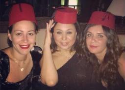 نشرت المذيعة إنجي علي صورتها مع صديقتيها غادة عادل ومنة شلبي وظهروا يرتدين الطربوش.