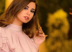 بالصور- منة عرفة في جلسة تصوير جديدة بفستان أحمر مكشوف