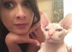 """نشرت الممثلة ياسمين عبد العزيز صورتها مع قطها """"بوسبوس"""" لتهنئ جمهورها بشم النسيم."""